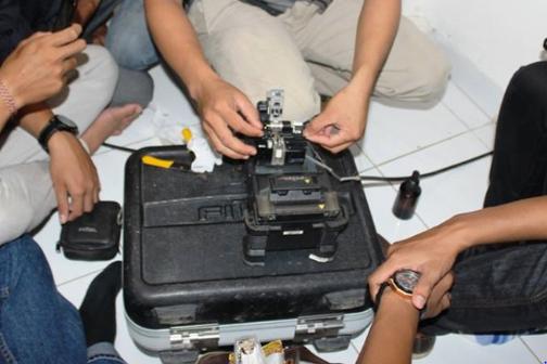 pendemonstrasian teknik splicing kabel fiber optik oleh staff Telkom
